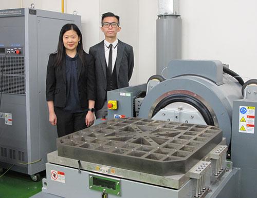 黄婉仪(左)指出,「可靠性测试中心」加强了测试设备能力,如设置了可乘载产品达100公斤重量的震动测试系统,协助厂商取得更精确的测试结果,增强制造商的产品开发能力。