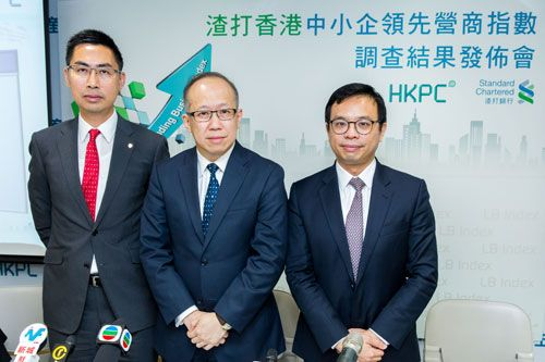 "Mr Gordon Lo (centre), Director (Business Management) of HKPC, announces the survey results of the ""Standard Chartered Hong Kong SME Leading Business Index"" for the third quarter of 2017, accompanied by Mr Wilson Wong (left), General Manager (IT and Business Process) of HKPC; and Mr Kelvin Lau, Senior Economist of Standard Chartered Hong Kong."