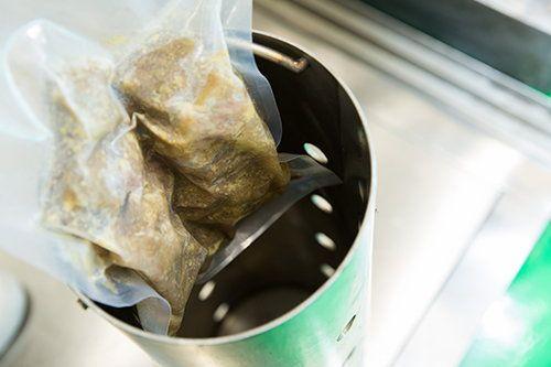 以超高壓力把包裝食品加壓三分鐘,令食品裡面的細菌死亡或失去活性。