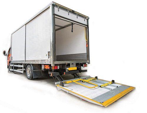 被稱為貨車尾板的移動平台升降板,設計本為方便工人起卸貨物,但涉及貨車尾板的意外時有發生,甚至造成傷亡。
