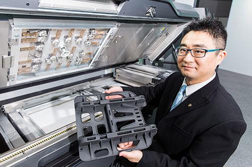 生產力局智能製造及冶金組顧問彭泓博士表示,3D打印為實現智能產業及「工業4.0」的重點技術之一,近年業界對速度更高、成本更低的技術需求大增。「射流熔融3D打印技術」結合「智能製造」,可因應智能和個人化的設計,直接生產「款多量少」的結構件和功能零部件,甚至最終產品。