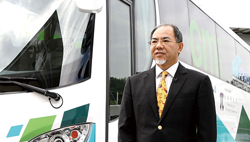 Green Mobility Innovations Limited 董事总经理卢炽培博士表示:这部由香港研发的插电式混合动力客车,100%在香港装配。混合动力的设计,可确保客车在无法充电的情况下,仍能持续行驶,满足营运车辆繁忙的班次需求。通过今次与汽车零部件研发中心的合作,让我们的技术水平更进一步,有助拓展大型环保车辆的商机。