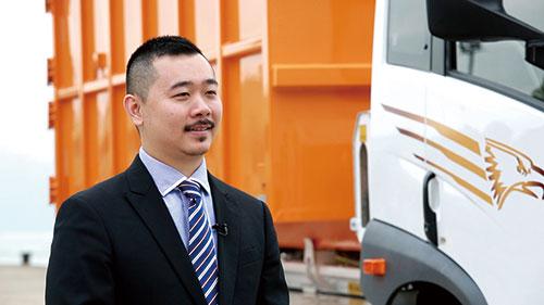 億達動力科技有限公司項目經理柯凱彬表示:汽車零部件研發中心有一班電動車專家,非常熟悉行業標準及汽車供應鏈配套,提出了切合香港業界需要的方案,並得到「創新及科技基金」撥款。經過兩年的合作,開發了全港首部純電動16噸勾斗車,希望可以為打造綠色香港、智慧城市展開新一頁。