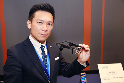 Dr Lawrence POON, General Manager (Automotive and Electronics Division and Automotive Parts and Accessory Systems R&D Centre) of HKPC, showcased one of the key projects of GLink - Smart Glass.