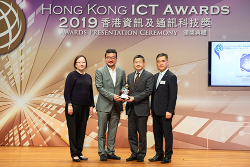 "Mr Winston Chow, Vice Chairman of Quality Tourism Services Association (2nd from right), Mr Kenny Chien, Vice President (China) of Cherrypicks (2nd from left), and Ms Linda Tu, Senior Consultant of Management Consulting Division of HKPC (1st from left) received a silver award in Smart Tourism category for ""QPoint App"", from Mr Peter Mok, Organising Committee Chairman of Hong Kong ICT Awards 2019."