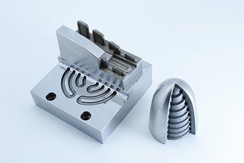 選擇性激光燒結技術(SLS),主要應用於製造內藏複雜冷卻水道的模具,亦適合打印高增值產品,包括汽車配件、醫療器械等。