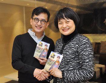 香港生產力促進局總裁麥鄧碧儀(右)與天下出版總監馬榮成共賀《力創驕陽》漫畫推出