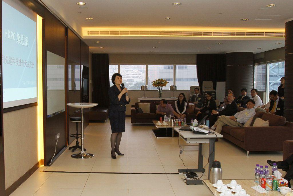 生產力局總裁麥鄧碧儀在「HKPC集思匯」諮詢會上,與本地食品製造及飲食業代表,探討利用先進科技提升食品安全