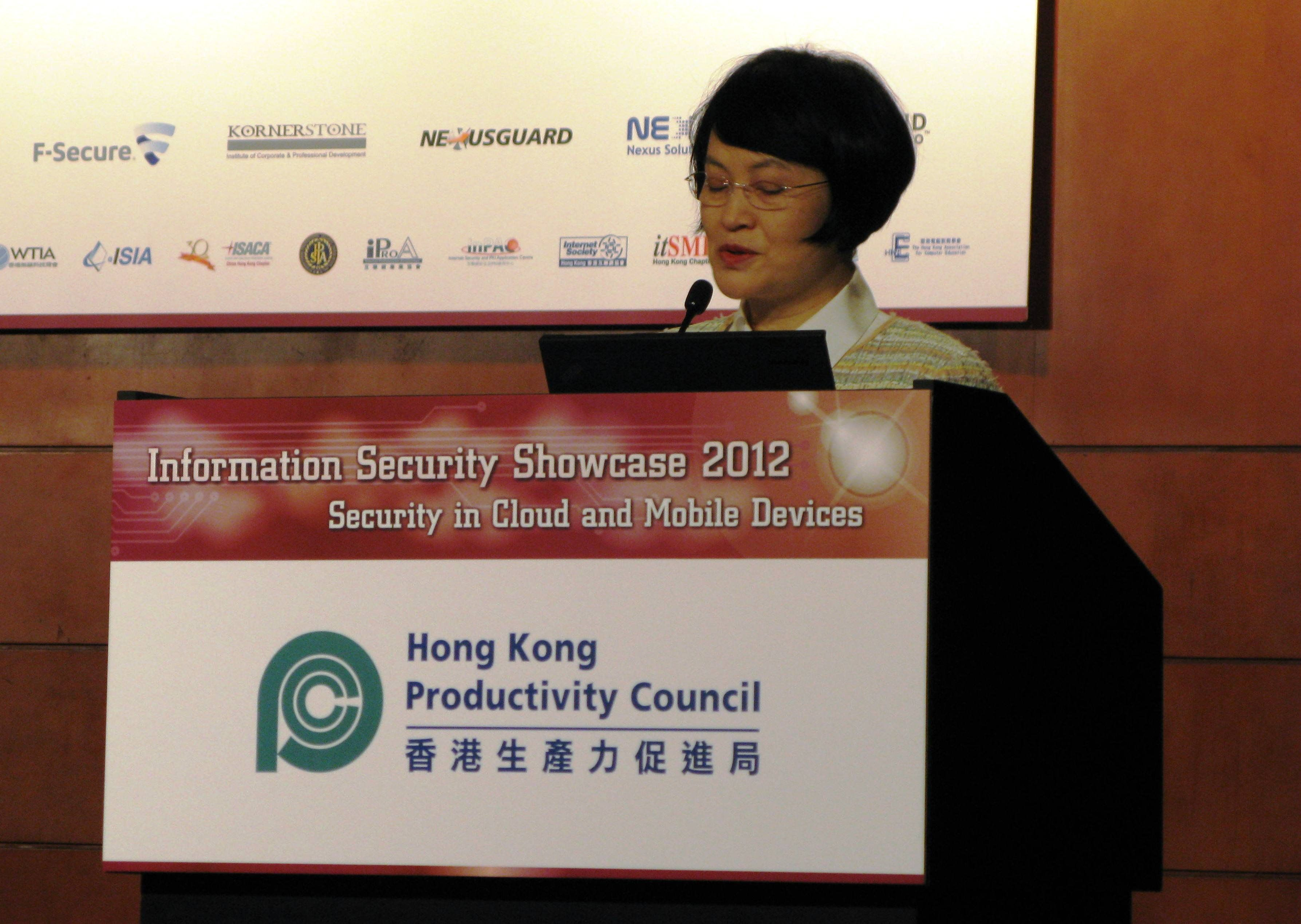 Mrs Agnes Mak, Executive Director of HKPC, gives welcoming address