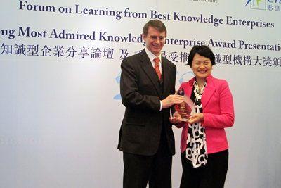 生產力局總裁麥鄧碧儀獲香港特區政府效率促進組專員蘇啟龍頒發「香港最受推崇知識型機構大獎2012」至高獎項