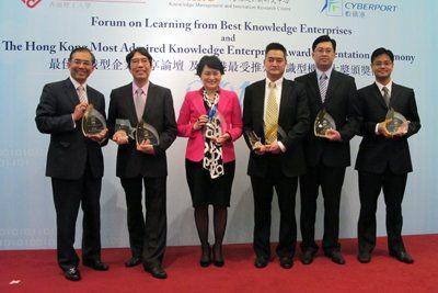 生產力局總裁麥鄧碧儀(左三)與其他「香港最受推崇知識型機構大獎2012」得獎機構代表合照