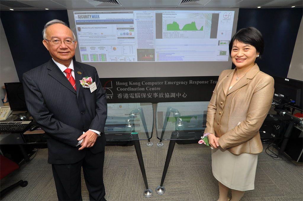 政府資訊科技總監賴錫璋及生產力局總裁麥鄧碧儀於香港電腦保安事故協調中心新址的監控室內合照