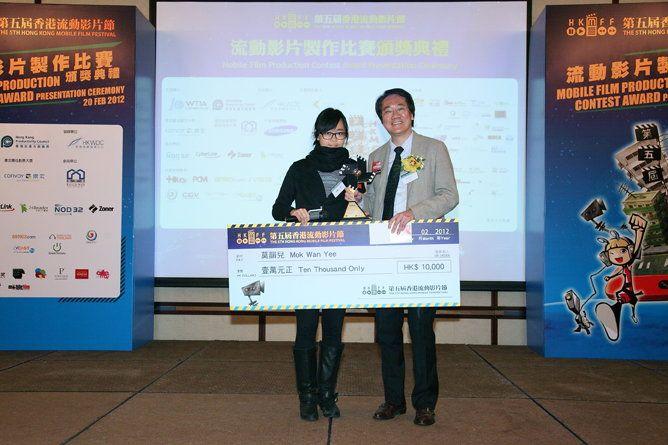 香港特別行政區政府創意香港總監廖永亮先生(右)頒發榮譽大奬予《相簿二三事》製作人莫韻兒。