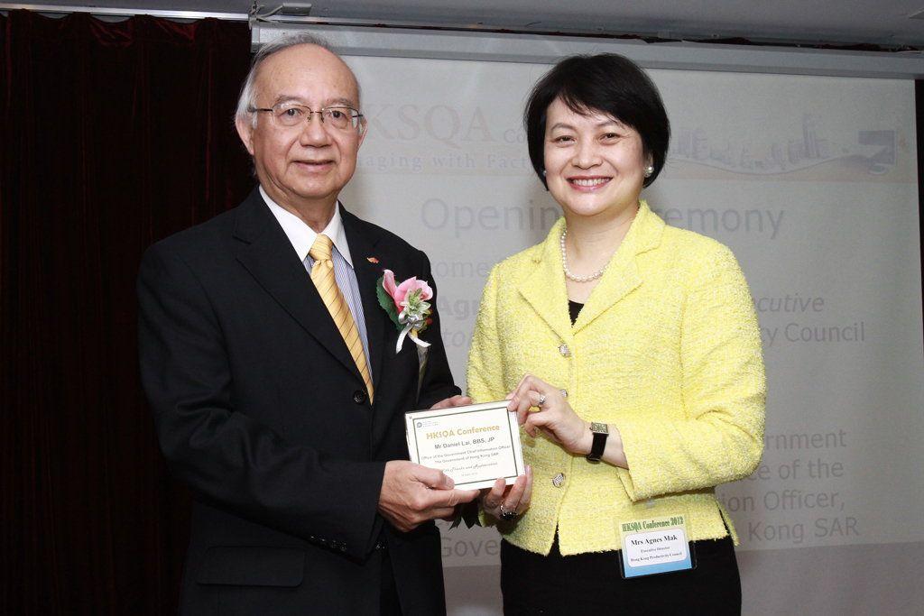 生產力局總裁麥鄧碧儀(右)致送紀念品給政府資訊科技總監賴錫璋