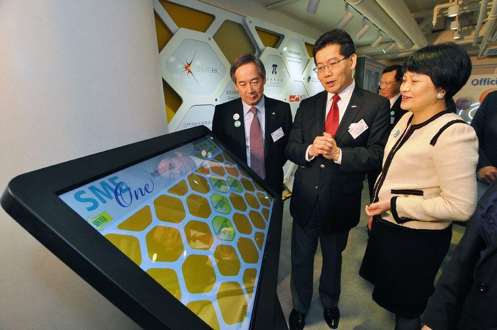 生產力局主席陳鎮仁(左)及總裁麥鄧碧儀(右)向香港特區政府商務及經濟發展局局長蘇錦樑介紹SME One「中小企一站通」的服務