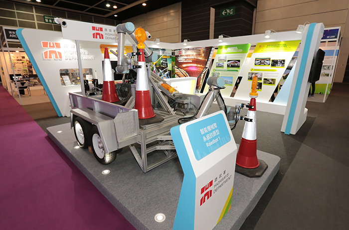 """With its development initiated by the HyD of the HKSAR Government, the """"Robot System for the Placement and Collection of Traffic Cones and Lanterns in Road Works"""" co-invented and successfully built by the HyD and HKPC, claims the Construction Safety 2nd Prize in the CIC Construction Innovation Award 2019."""