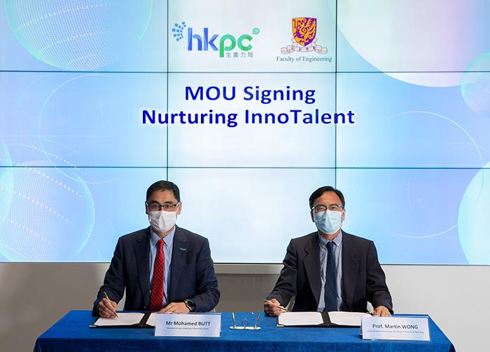 生產力局總裁畢堅文先生(左)與中大工程學院院長黃定發教授(右)簽署諒解備忘錄,攜手培育新一代創科人才。