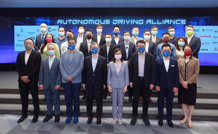 生产力局主席林宣武先生(前排左四)、香港特别行政区政府创新科技署署长潘婷婷女士(前排右四)、生产力局总裁毕坚文先生(前排左三)、汽车科技研发中心行政总裁张梓昌博士(前排右三)以及总经理潘志健博士(前排右二)一同见证由汽车科技研发中心牵头,逾30家公私营机构支持的「自动驾驶联盟」的成立仪式,展示锐意推动香港智慧出行发展的决心。