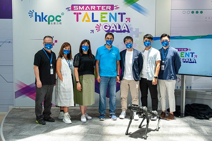 生产力局总裁毕坚文先生(中)及首席人才总监伍雪芬女士(左三)向「Smarter Talent Gala」招聘日参加者表示,生产力局非常着重内部培训,亦相当重视员工的工作与生活平衡。