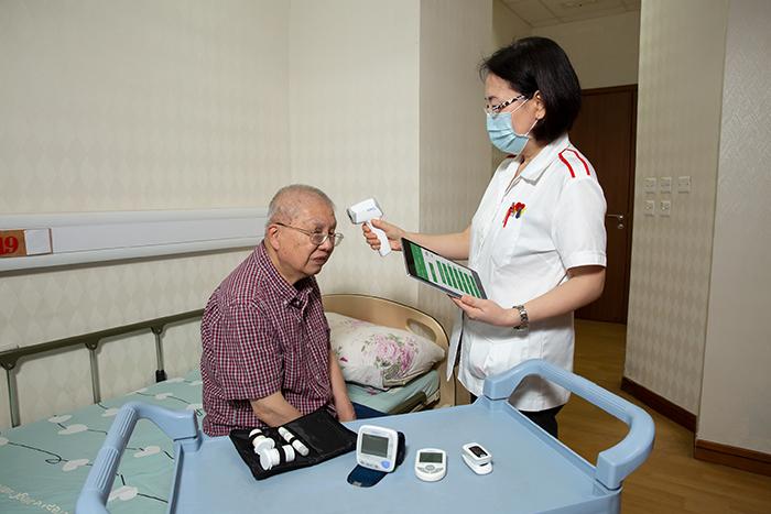 生產力局研發的「樂齡護理監察系統」能把長者的健康指數實時上傳至中央系統,大大提高護老院的管理效率。